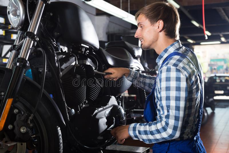 Νέος αρσενικός μηχανικός που εργάζεται στο αυτόματο κατάστημα επισκευής στοκ φωτογραφία με δικαίωμα ελεύθερης χρήσης