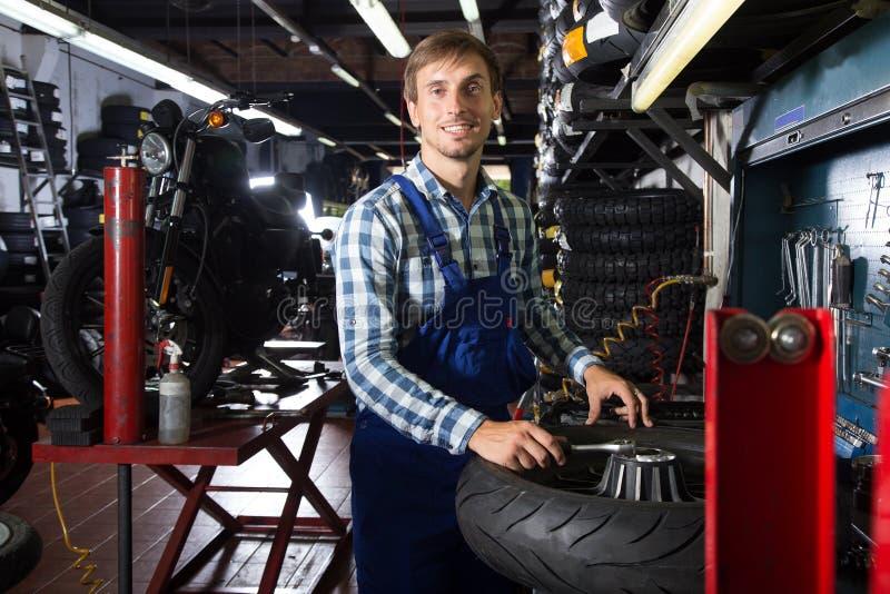 Νέος αρσενικός μηχανικός που εργάζεται στο αυτόματο κατάστημα επισκευής στοκ φωτογραφίες