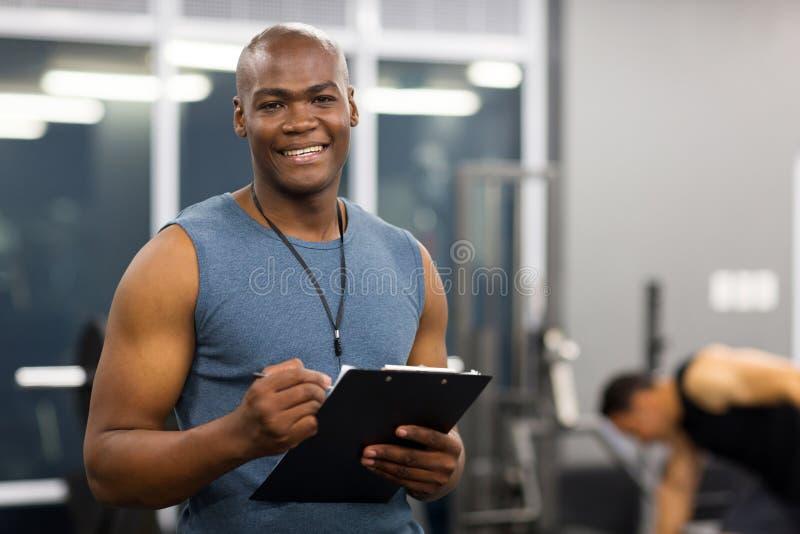 Νέος αρσενικός προσωπικός εκπαιδευτής αφροαμερικάνων στοκ εικόνα