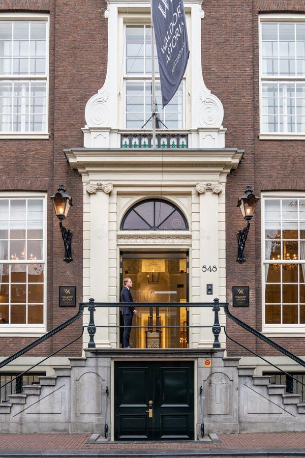 Νέος αρσενικός doorman στην είσοδο ξενοδοχείων διάσημου Waldorf Astoria στο Άμστερνταμ στοκ εικόνες με δικαίωμα ελεύθερης χρήσης