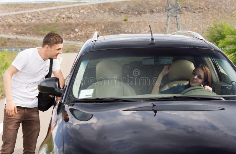 Νέος αρσενικός hitchhiker που ψάχνει έναν ανελκυστήρα στοκ εικόνα
