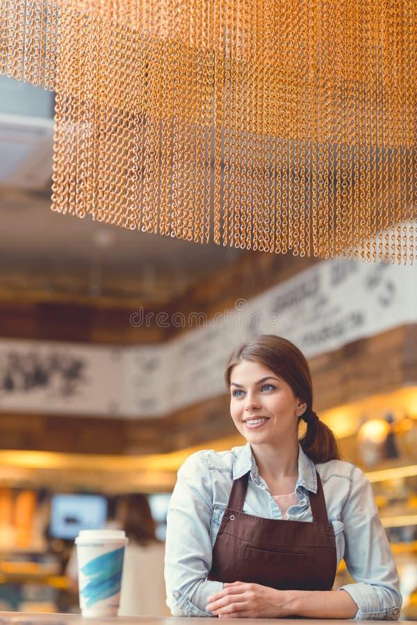 Νέος αρτοποιός με τον καφέ στοκ εικόνα με δικαίωμα ελεύθερης χρήσης