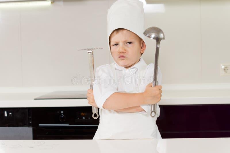 Νέος αρχιμάγειρας αγοριών που προστατεύει τη μυστική συνταγή του στοκ εικόνες με δικαίωμα ελεύθερης χρήσης