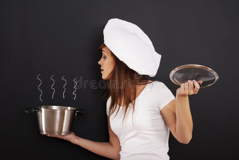 Νέος αρχιμάγειρας με το δοχείο στοκ εικόνα με δικαίωμα ελεύθερης χρήσης