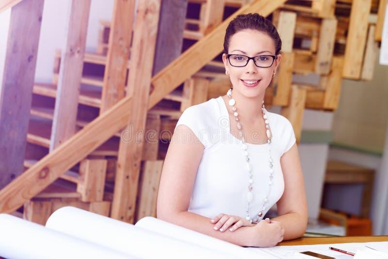 Νέος αρχιτέκτονας γυναικών στην αρχή στοκ φωτογραφία με δικαίωμα ελεύθερης χρήσης