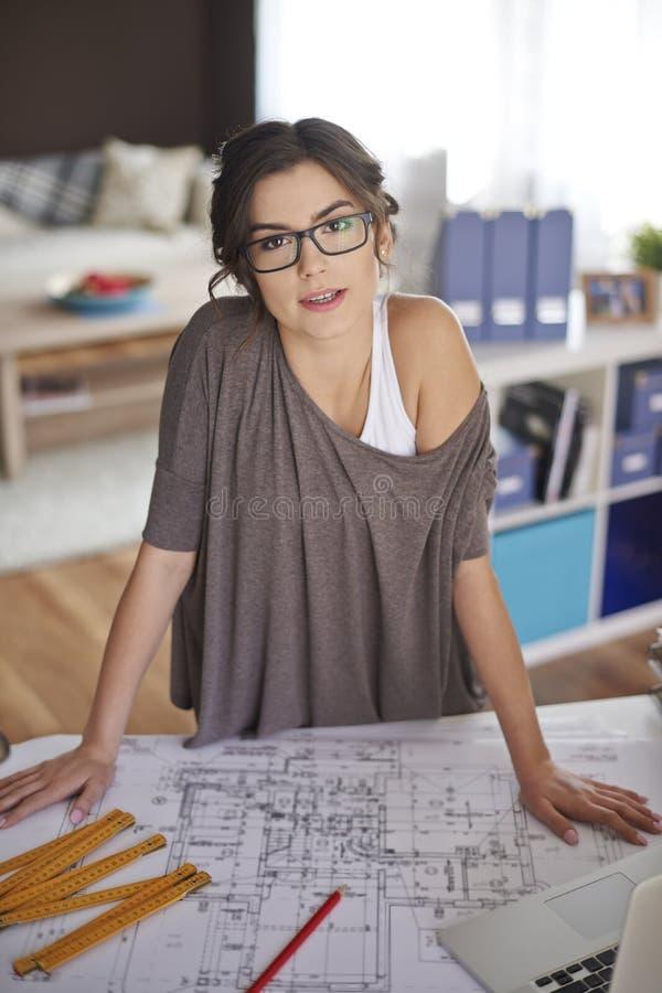 Νέος αρχιτέκτονας που εργάζεται στο σπίτι στοκ εικόνες με δικαίωμα ελεύθερης χρήσης