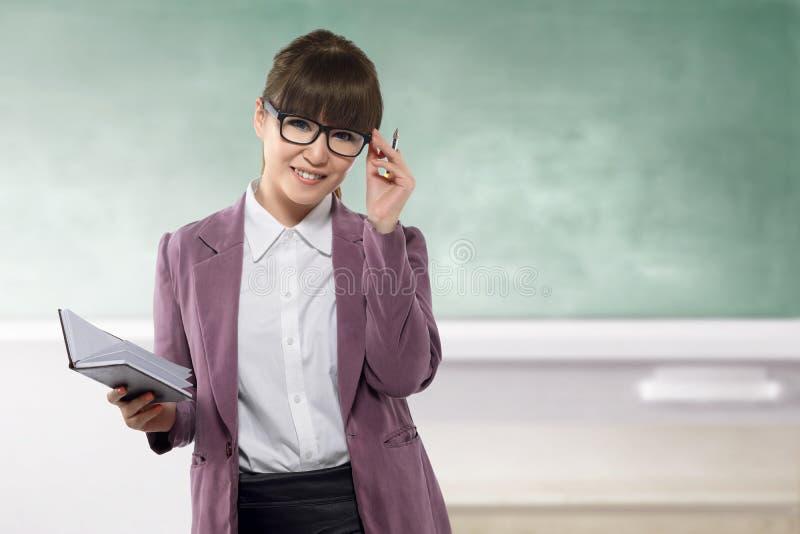 Νέος ασιατικός δάσκαλος με το βιβλίο στην κατηγορία στοκ φωτογραφία με δικαίωμα ελεύθερης χρήσης