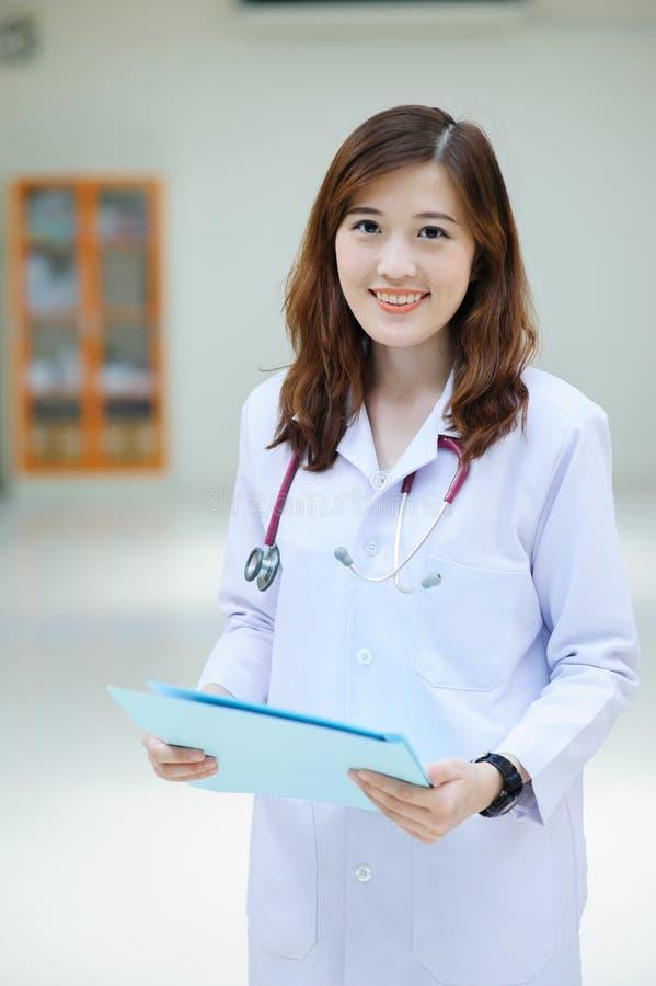 Νέος ασιατικός γιατρός στο νοσοκομείο στοκ φωτογραφία με δικαίωμα ελεύθερης χρήσης