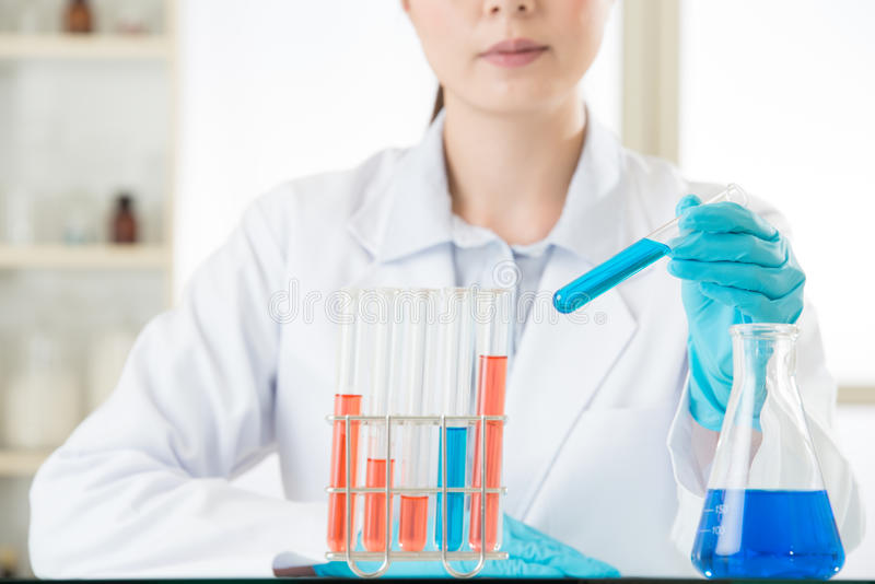 Νέος ασιατικός επιστήμονας που εισάγει στο σιφώνιο στο εργαστήριο βιολογικής επιστήμης στοκ φωτογραφία με δικαίωμα ελεύθερης χρήσης