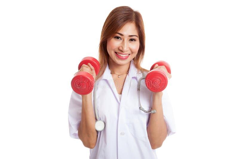Νέος ασιατικός θηλυκός γιατρός με τους αλτήρες και στα δύο χέρια στοκ εικόνες