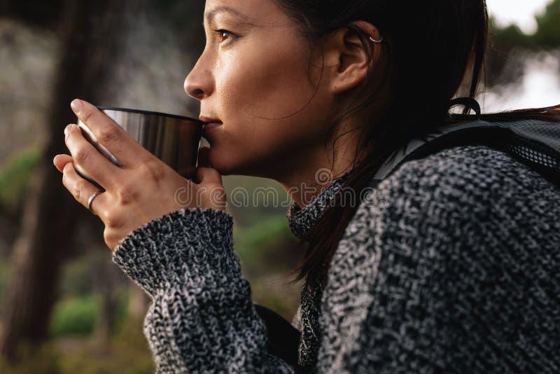 Νέος ασιατικός θηλυκός καφές κατανάλωσης οδοιπόρων στοκ φωτογραφία με δικαίωμα ελεύθερης χρήσης