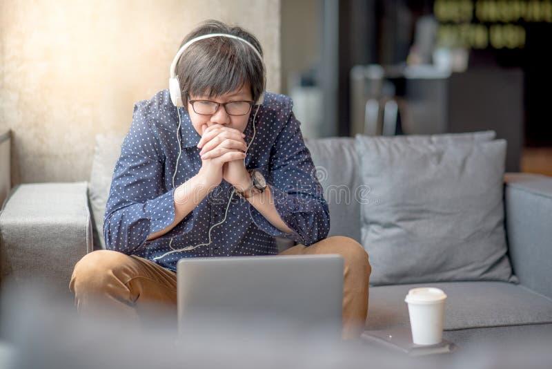 Νέος ασιατικός κινηματογράφος προσοχής ατόμων από το φορητό προσωπικό υπολογιστή στοκ φωτογραφία με δικαίωμα ελεύθερης χρήσης