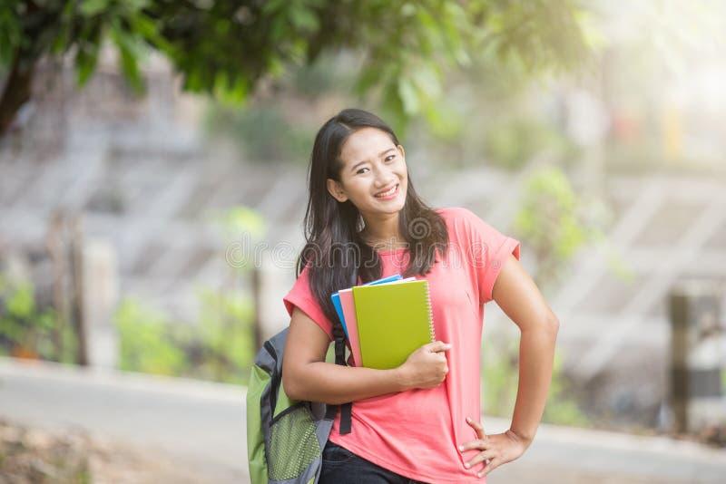 Νέος ασιατικός σπουδαστής υπαίθριος, θέτοντας cutely στη κάμερα στοκ φωτογραφία