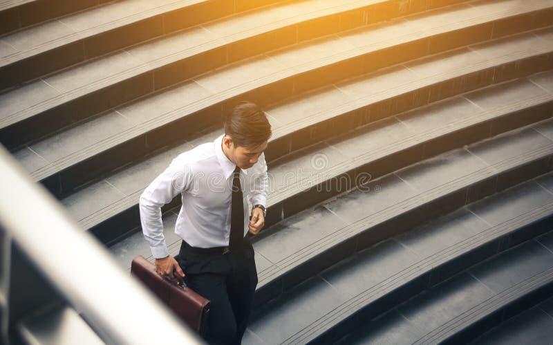 Νέος ασιατικός χαρτοφύλακας εκμετάλλευσης επιχειρηματιών και τρέξιμο στη συνεδρίαση στοκ φωτογραφίες