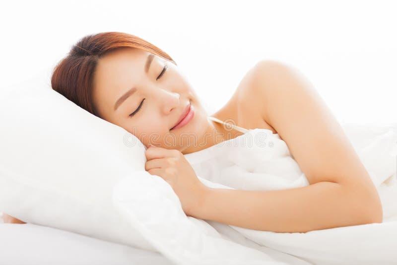 Νέος ασιατικός ύπνος γυναικών στο κρεβάτι στοκ φωτογραφία με δικαίωμα ελεύθερης χρήσης