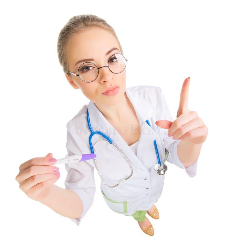 Νέος αστείος γιατρός γυναικών με τη δοκιμή εγκυμοσύνης στοκ εικόνες με δικαίωμα ελεύθερης χρήσης