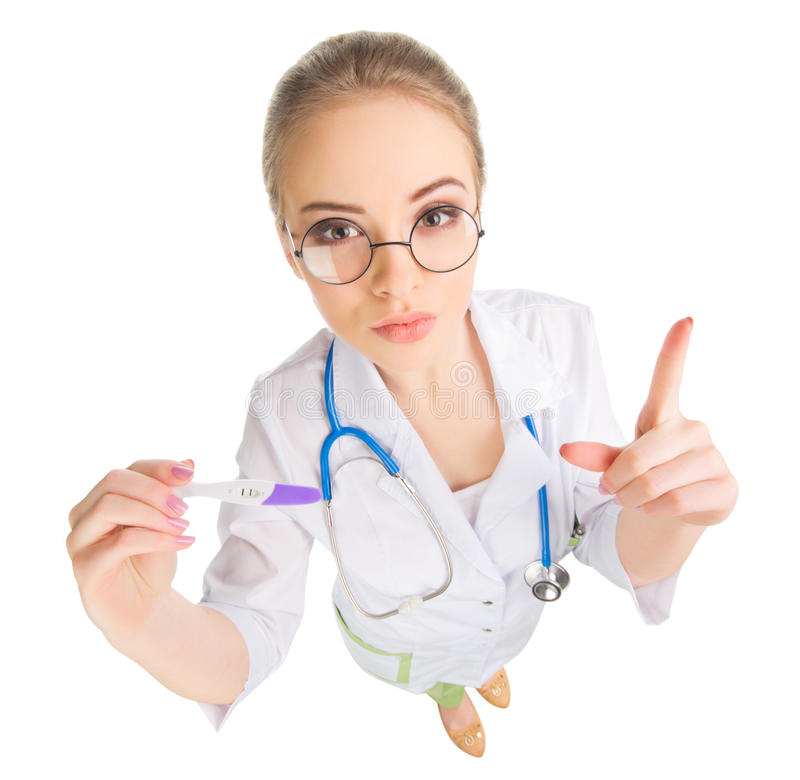 Νέος αστείος γιατρός με τη δοκιμή εγκυμοσύνης που απομονώνεται στοκ εικόνες με δικαίωμα ελεύθερης χρήσης