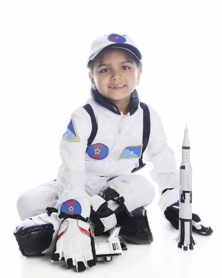Νέος αστροναύτης με τον πύραυλο στοκ εικόνες