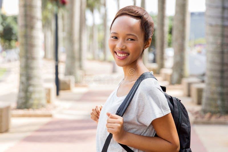 Νέος αφρικανικός φοιτητής πανεπιστημίου στοκ φωτογραφίες