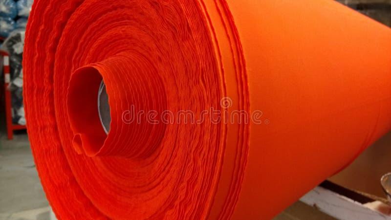 Νέος βιομηχανικός κόκκινος ρόλος, κόκκινο υπόβαθρο Έννοια: υλικό, ύφασμα, κατασκευή, εργοστάσιο ενδυμάτων, νέα δείγματα των υφασμ στοκ εικόνα με δικαίωμα ελεύθερης χρήσης
