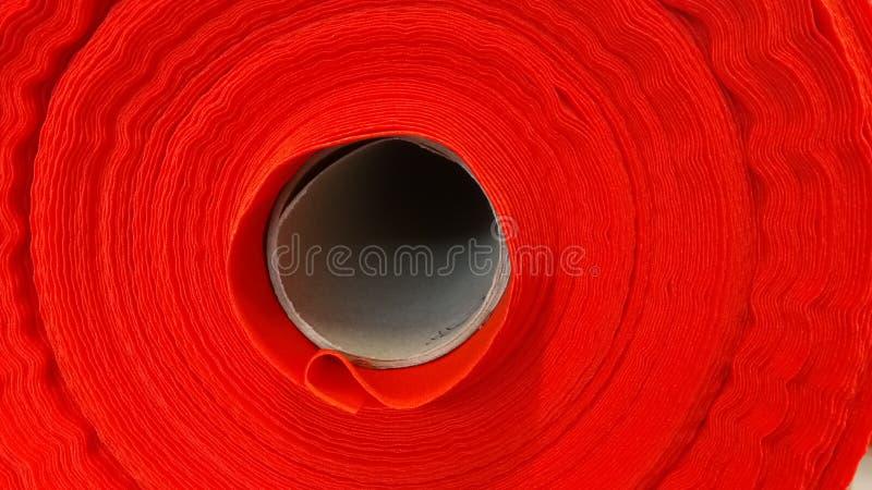 Νέος βιομηχανικός κόκκινος ρόλος, κόκκινο υπόβαθρο Έννοια: υλικό, ύφασμα, κατασκευή, εργοστάσιο ενδυμάτων, νέα δείγματα των υφασμ στοκ φωτογραφία με δικαίωμα ελεύθερης χρήσης