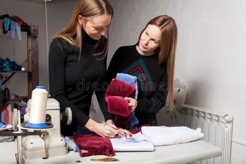 Νέος βυρσοδέψης γυναικών στοκ φωτογραφία με δικαίωμα ελεύθερης χρήσης