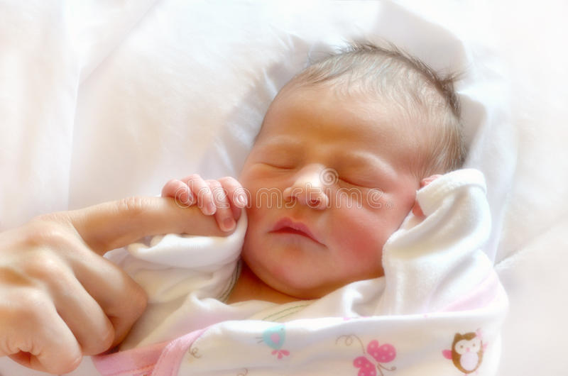 Νέος - γεννημένη πρώτη αφή μωρών στοκ εικόνες