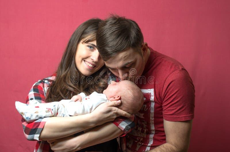 Νέος - γεννημένο μωρό με τους γονείς του στοκ φωτογραφίες