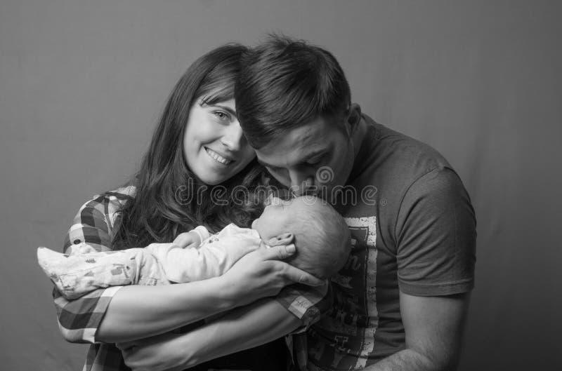 Νέος - γεννημένο μωρό με τους γονείς του στοκ εικόνες