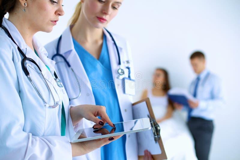 Νέος γιατρός γυναικών που κρατά ένα PC ταμπλετών στοκ φωτογραφία με δικαίωμα ελεύθερης χρήσης