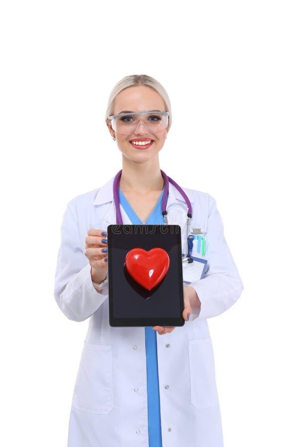 Νέος γιατρός γυναικών που κρατά μια κόκκινη καρδιά, που απομονώνεται στο άσπρο υπόβαθρο απομονωμένη γιατρός λευκή γυναίκα ανασκόπ στοκ φωτογραφία με δικαίωμα ελεύθερης χρήσης