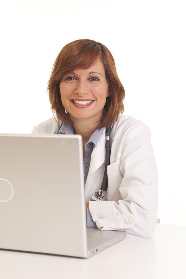 Νέος γιατρός γυναικών στο άσπρο παλτό στοκ φωτογραφία με δικαίωμα ελεύθερης χρήσης