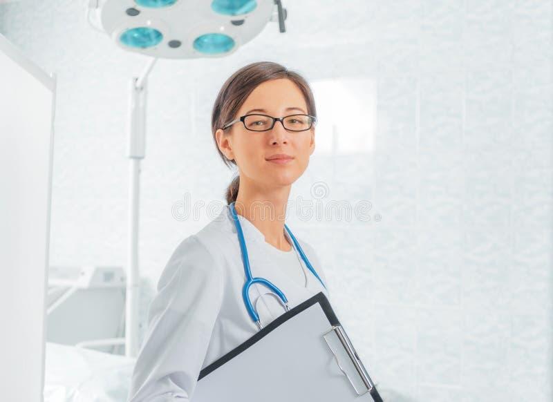 Νέος γιατρός με την περιοχή αποκομμάτων στοκ εικόνα με δικαίωμα ελεύθερης χρήσης