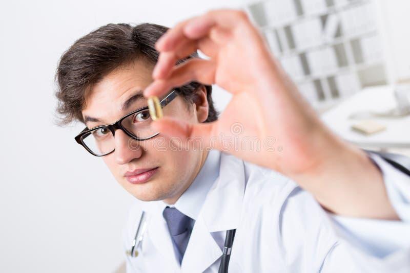 Νέος γιατρός με το χάπι στοκ εικόνες