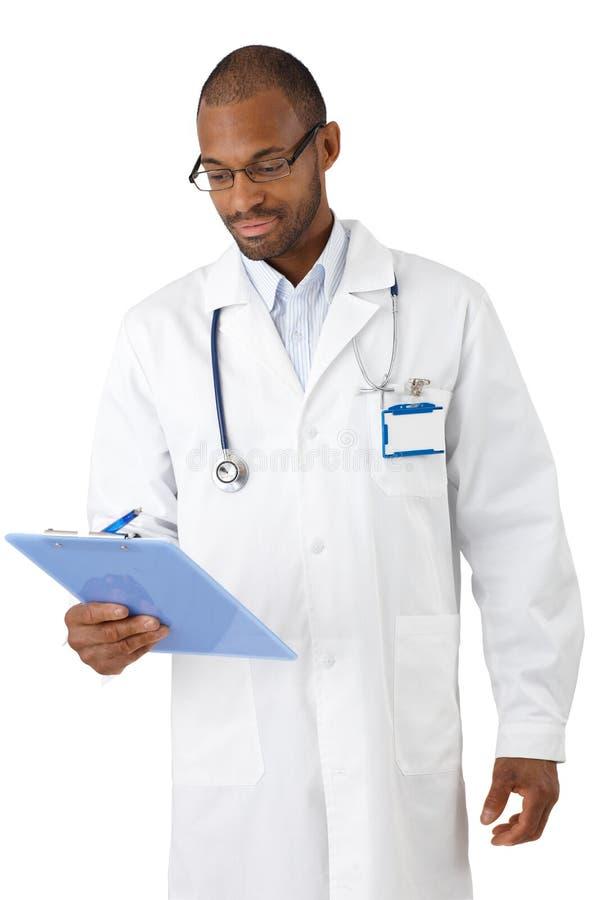 Νέος γιατρός που εξετάζει την περιοχή αποκομμάτων στοκ εικόνα