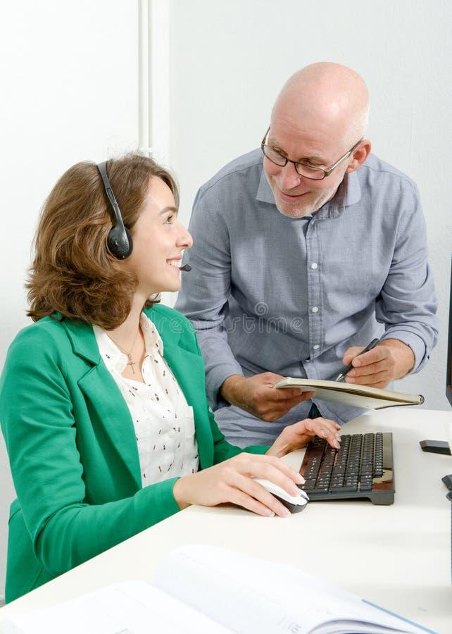 Νέος γραμματέας και ο προϊστάμενός του στο γραφείο στοκ εικόνες