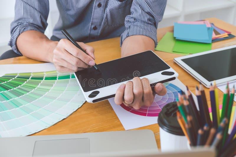 Νέος δημιουργικός γραφικός σχεδιαστής που εργάζεται στο πρόγραμμα αρχιτεκτονικό στοκ εικόνες