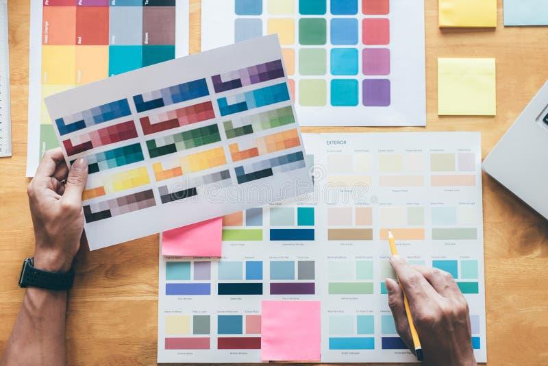 Νέος δημιουργικός γραφικός σχεδιαστής που χρησιμοποιεί την ταμπλέτα γραφικής παράστασης στο choosin στοκ εικόνα
