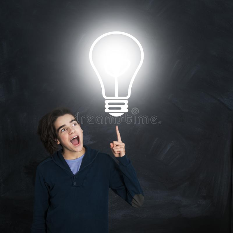 Νέος δημιουργικός με τη λάμπα φωτός στοκ εικόνα