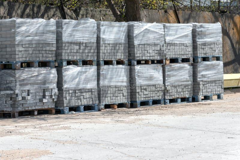 Νέος δρόμος κεραμιδιών στη συσκευασία στην αποθήκη εμπορευμάτων για την επισκευή των δρόμων και των πεζοδρομίων στοκ φωτογραφία με δικαίωμα ελεύθερης χρήσης