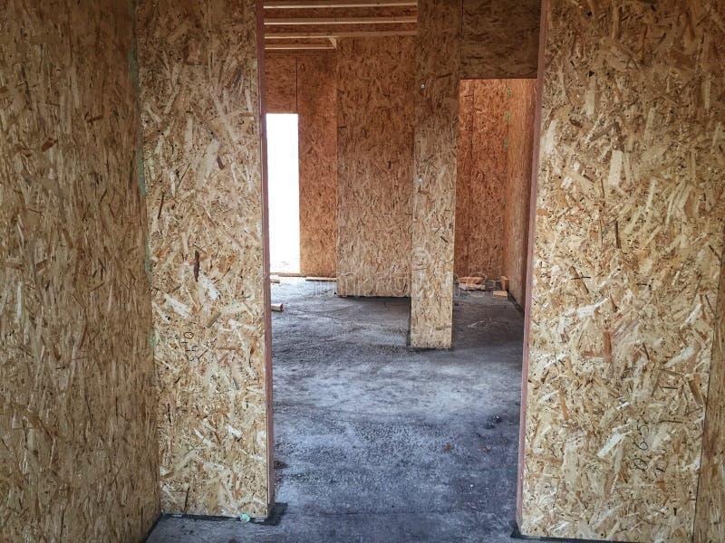Νέος εγχώριων σπιτιών βιοτέχνης ξυλουργικής οικοδόμων ξυλείας κατασκευής πλαισιώνοντας στοκ εικόνα