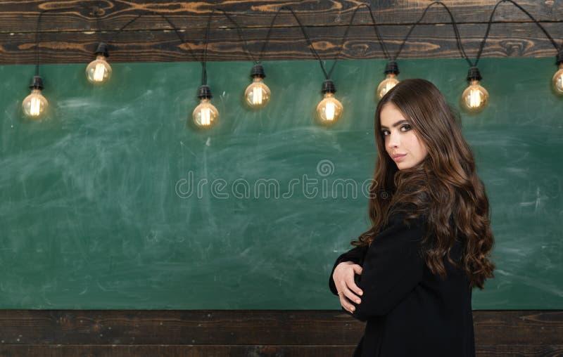 Νέος ελκυστικός δάσκαλος που δείχνει στον πίνακα κιμωλίας Ζωή σπουδαστών εκπαίδευσης πρώτη Πίσω στο σχολείο και τον ευτυχή χρόνο στοκ εικόνα