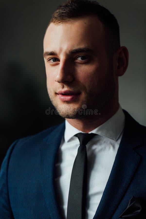 Νέος ελκυστικός και βέβαιος επιχειρηματίας στο μπλε κοστούμι και το μαύρο δεσμό στοκ φωτογραφία με δικαίωμα ελεύθερης χρήσης