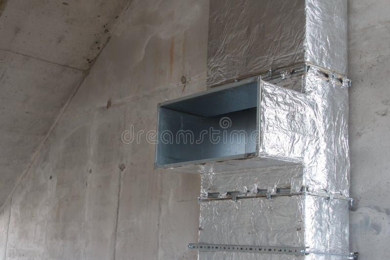 Νέος εξαερισμός σε οικία υπό κατασκευή εξοπλισμός εξαερισμού στοκ εικόνες