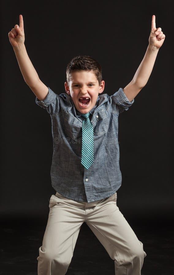 Νέος εορτασμός αγοριών που δείχνει τον αριθμό ένας στοκ εικόνες