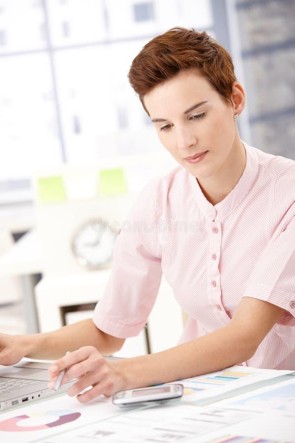 Νέος επαγγελματίας στην εργασία στοκ εικόνες με δικαίωμα ελεύθερης χρήσης