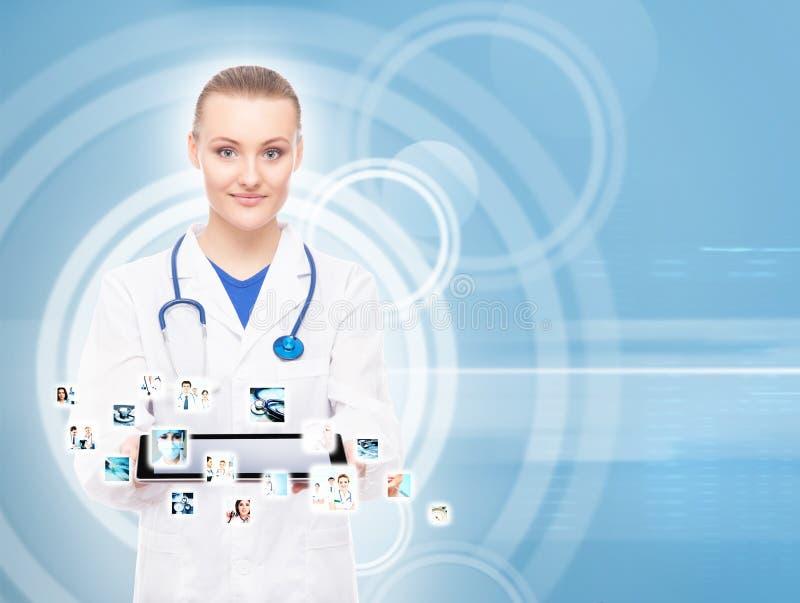 Νέος, επαγγελματικός και εύθυμος θηλυκός γιατρός στοκ εικόνα με δικαίωμα ελεύθερης χρήσης