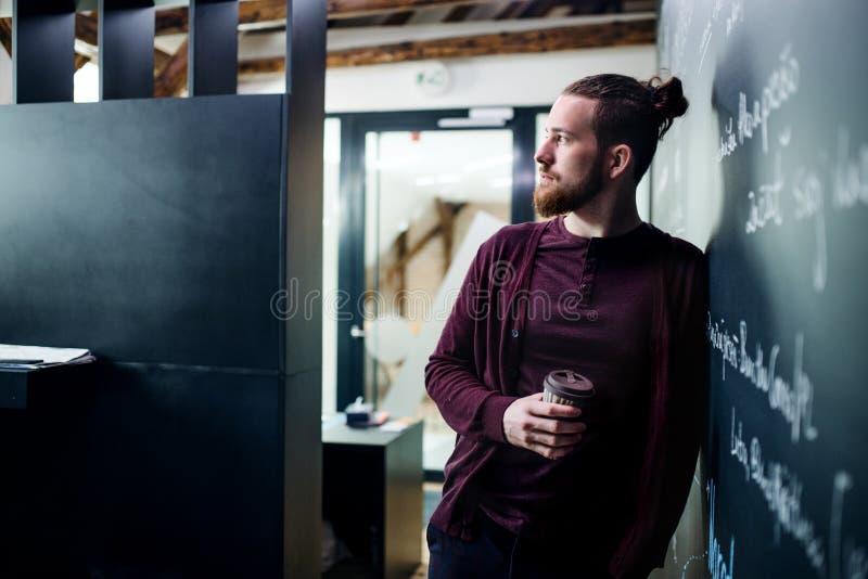 Νέος επιχειρηματίας με τον καφέ στην αρχή, έχοντας ένα κενό στοκ φωτογραφίες