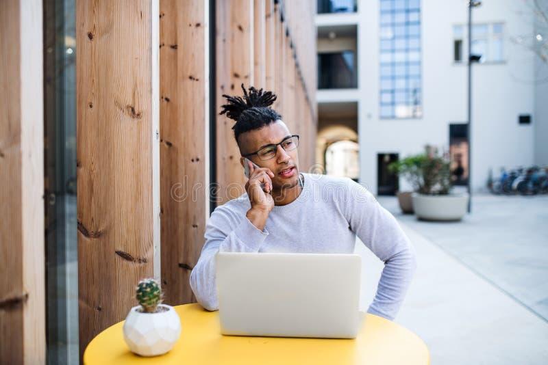 Νέος επιχειρηματίας με το lap-top στο προαύλιο, έννοια ξεκινήματος στοκ εικόνες με δικαίωμα ελεύθερης χρήσης