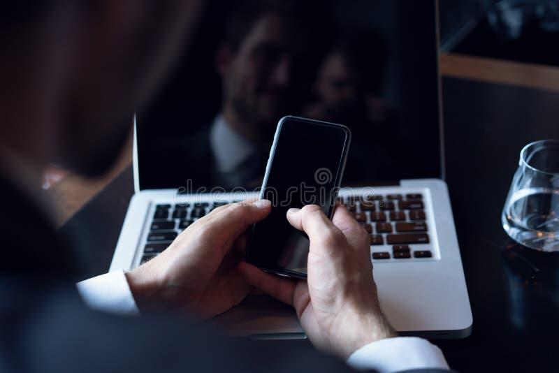 Νέος επιχειρηματίας που εργάζεται με τις σύγχρονες συσκευές, τον ψηφιακό υπολογιστή ταμπλετών και το κινητό τηλέφωνο Νέες τεχνολο στοκ φωτογραφία με δικαίωμα ελεύθερης χρήσης